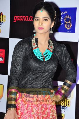 actress madhumitha at mirchi music awards 2014 red carpet stills 16