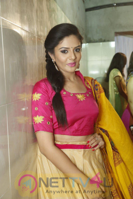 actress srimukhi at pranavi fashion show photos