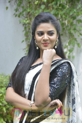 anchor srimukhi in white saree stills