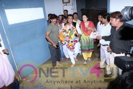 Govinda Ganpati Visarjan With Family At Juhu Chopati Stills Hindi Gallery