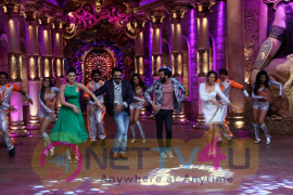 Great Grand Masti Team On Comedy Nights Bachao Statuesque Photos Hindi Gallery
