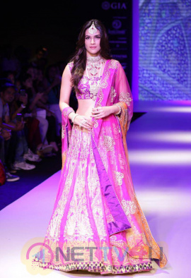 Kriti Sanon Ramp Walk Stills At IIJW 2015
