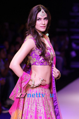 Model And Hot Acress Still Kriti Sanon