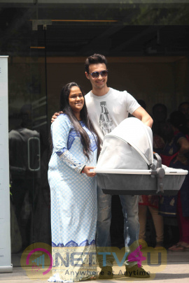 Photos Of Arpita Khan Snapped Getting Discharged From Hospital Hindi Gallery