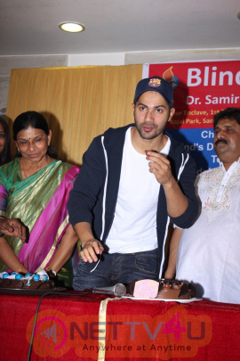 Photos Of Varun Dhawan Supports The NGO And Blind Girls Hindi Gallery