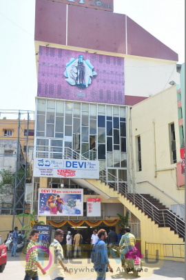 Raja Cheyyi Vesthe Movie Theater Coverage Photos Hindi Gallery