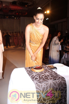Sonam Kapoor Show Stopper For Pernia Qureshi Frist Standalone Fashion Show Amarpali Photos Hindi Gallery