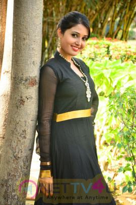 sandra amy malayalam actress photos 12