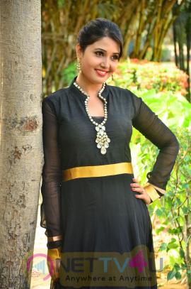 sandra amy malayalam actress photos 13