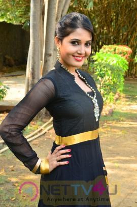sandra amy malayalam actress photos 8