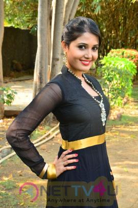 sandra amy malayalam actress photos 9