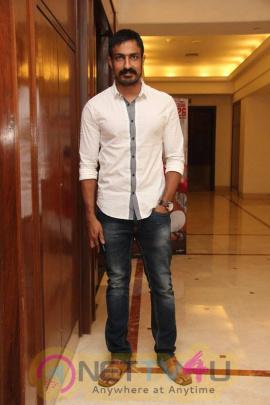 yagavarayinum naa kaakka tamil movie team meet stills 65