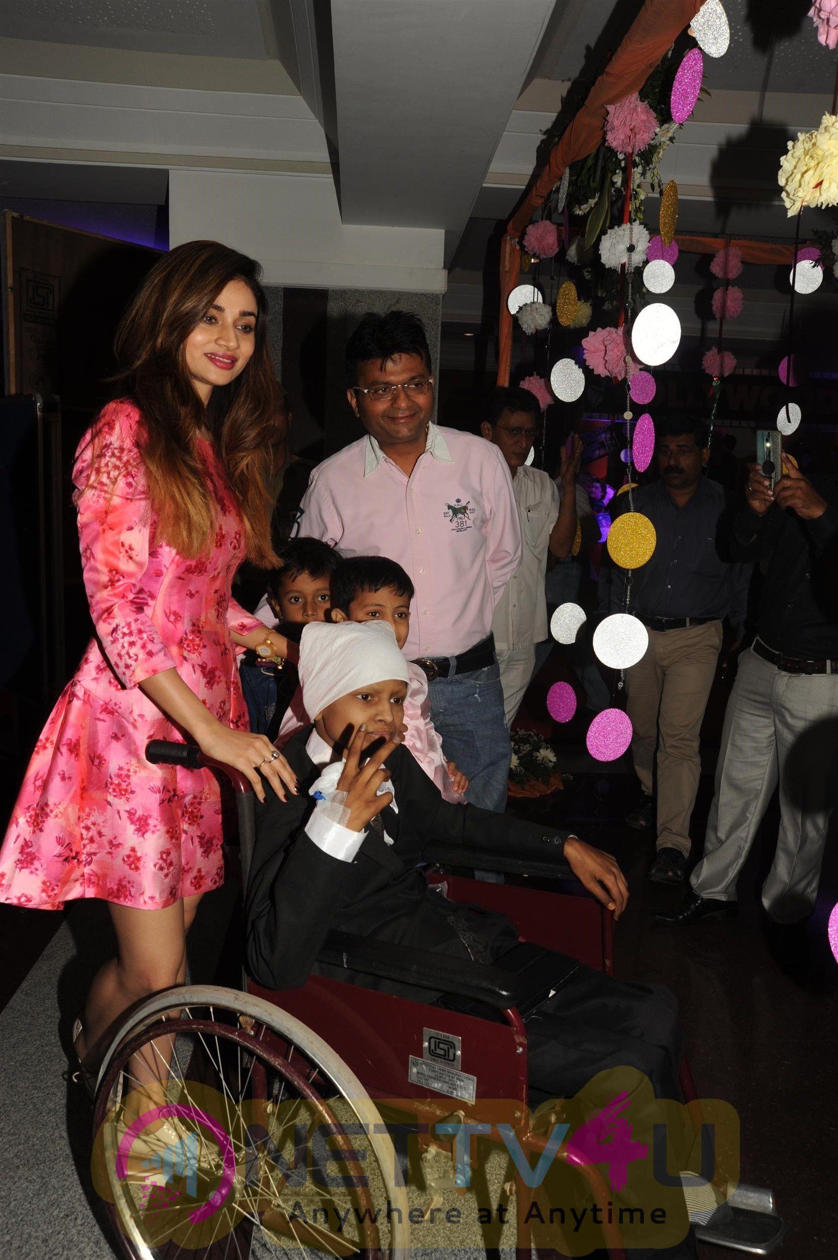 Aditya Roy Kapoor Sonali Bendre, Ganesh Acharya Priya Dutt Celebrate Christmas With Cancer Children Pics