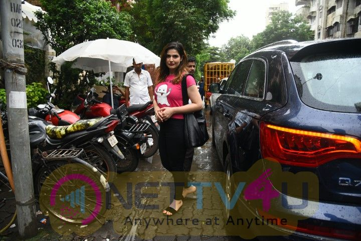 Zarine Khan Went To Bandra Tamil Gallery