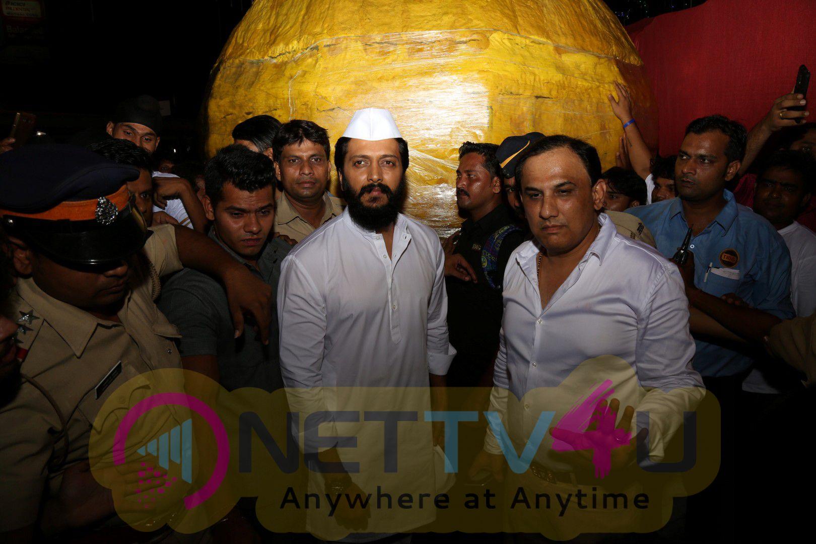 Actor Riteish Deshmukh Visits Siddhivinayak Temple Photos Hindi Gallery