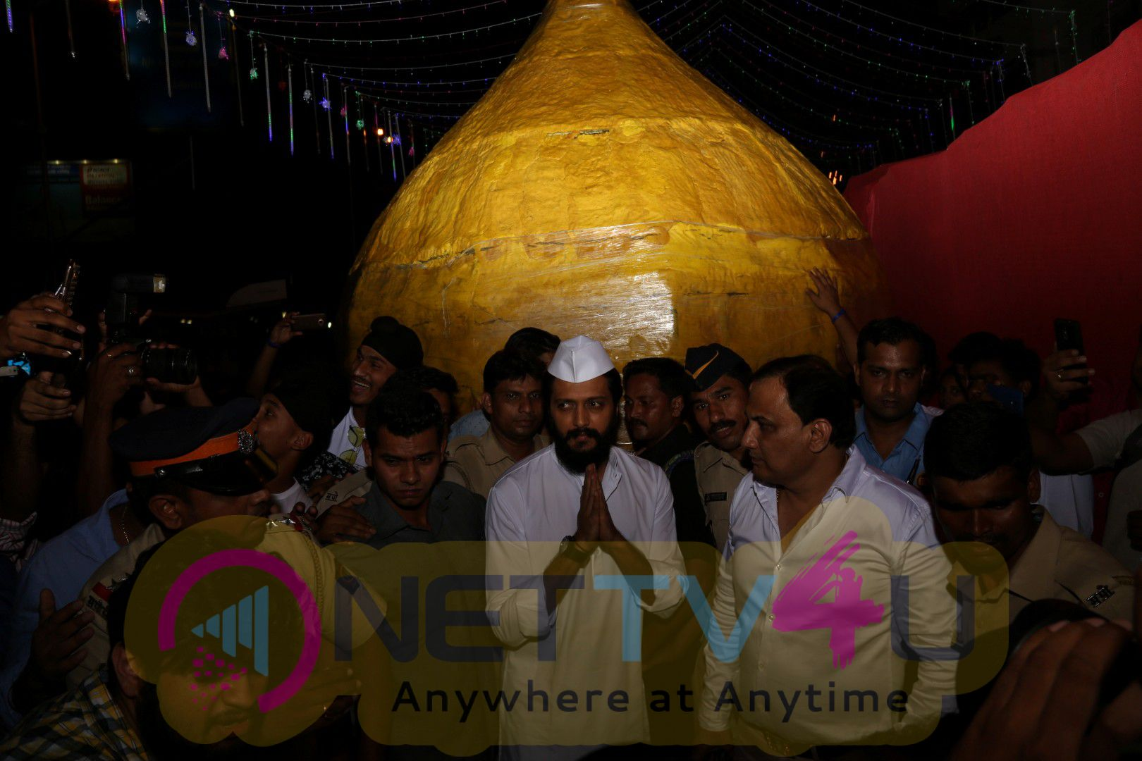 Actor Riteish Deshmukh Visits Siddhivinayak Temple Photos Hindi Gallery