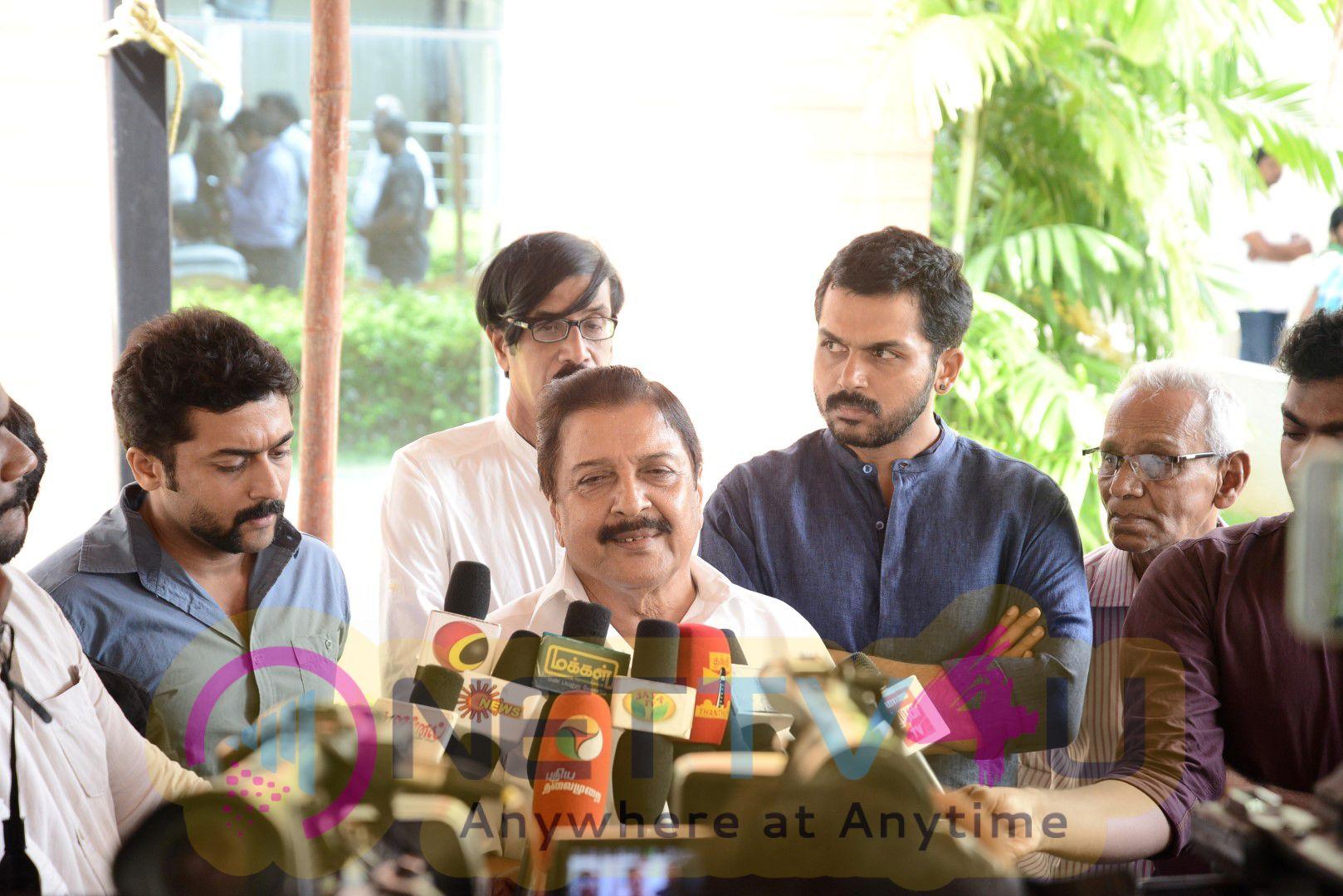 Actor Siva Kumar,suriya & Karthi Garlanded Director A.C.Thirulokchandar At His Funeral In His Residence Photos