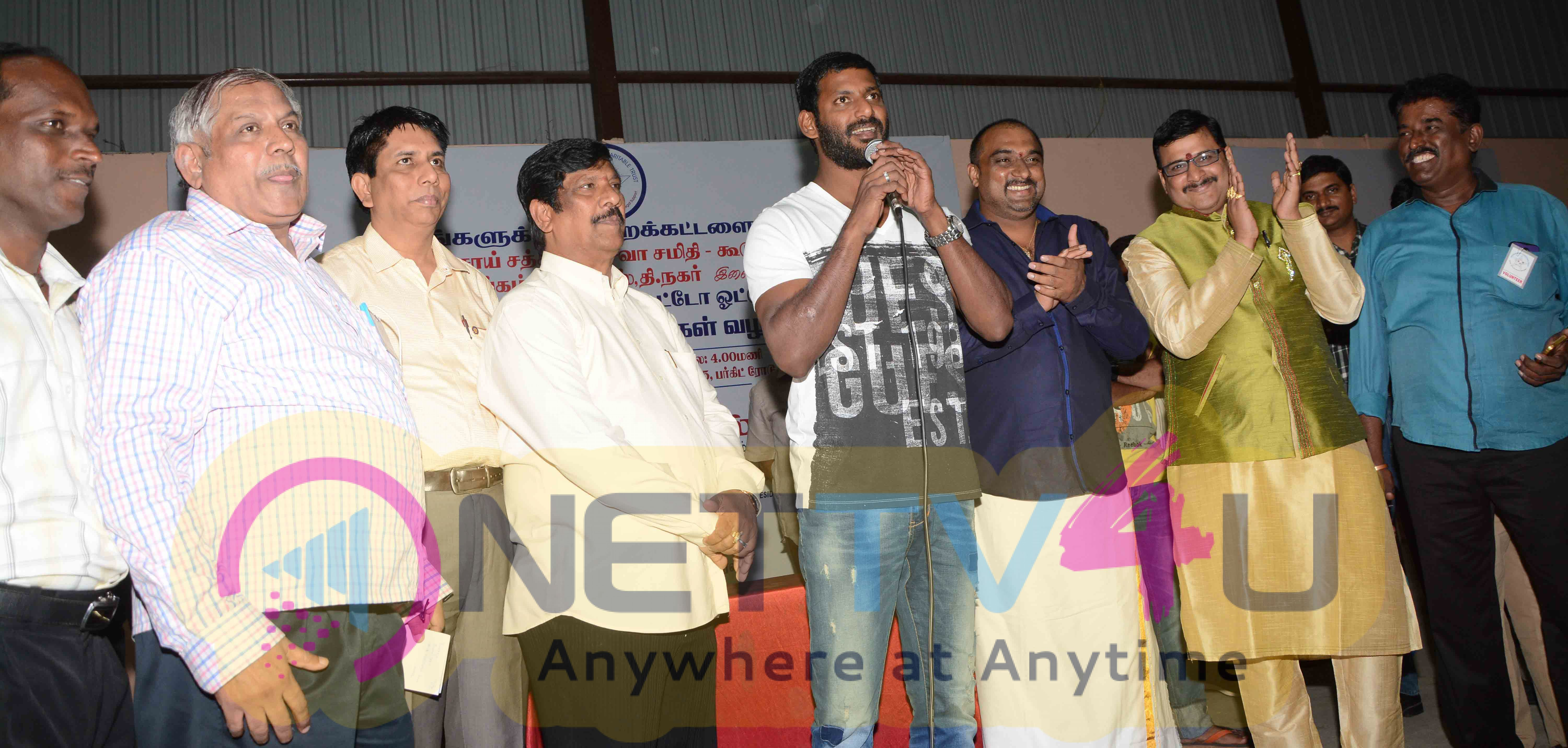 actor vishal celebrating new year with 2000 auto rickshaw drivers images 6