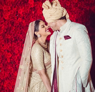 Asin And Rahul Are Very Much In Love!
