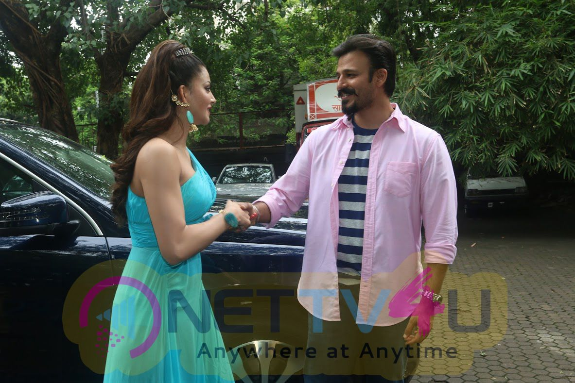 Bollywood Urvashi Rautela Congratulates Her Co Star Vivek Oberoi On His New Car Photos