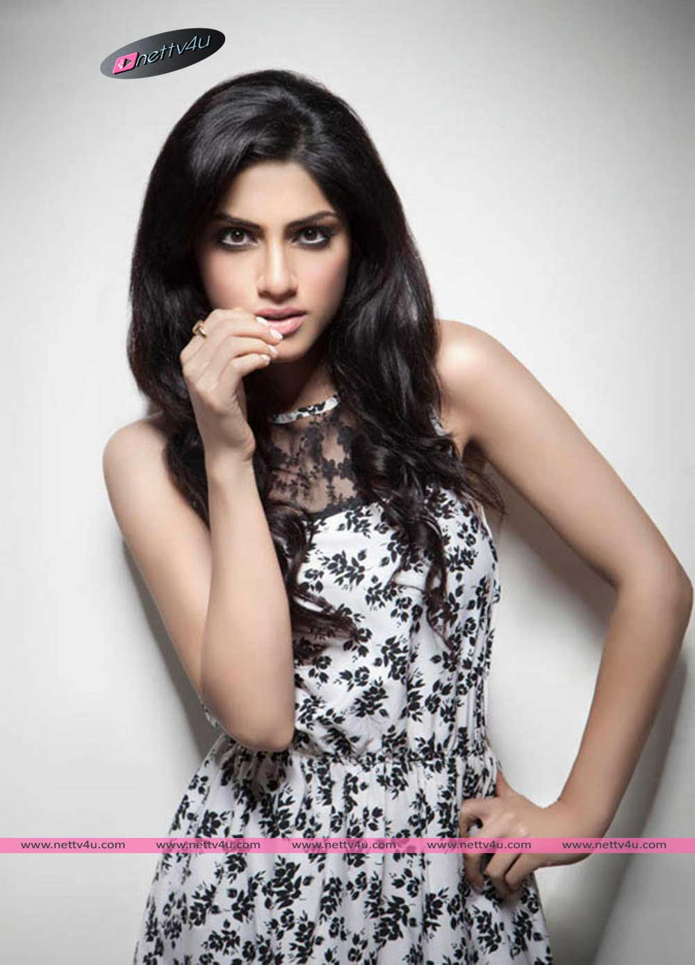 Bollywood Actress Sapna Pabbi New Hot Pics