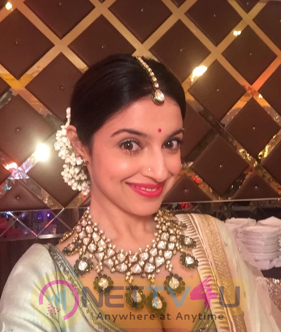 Divya Khosla Kumar spotted at her sister's wedding in Tarun Tahiliani & Anju Modi lehengas  Beautiful Photos