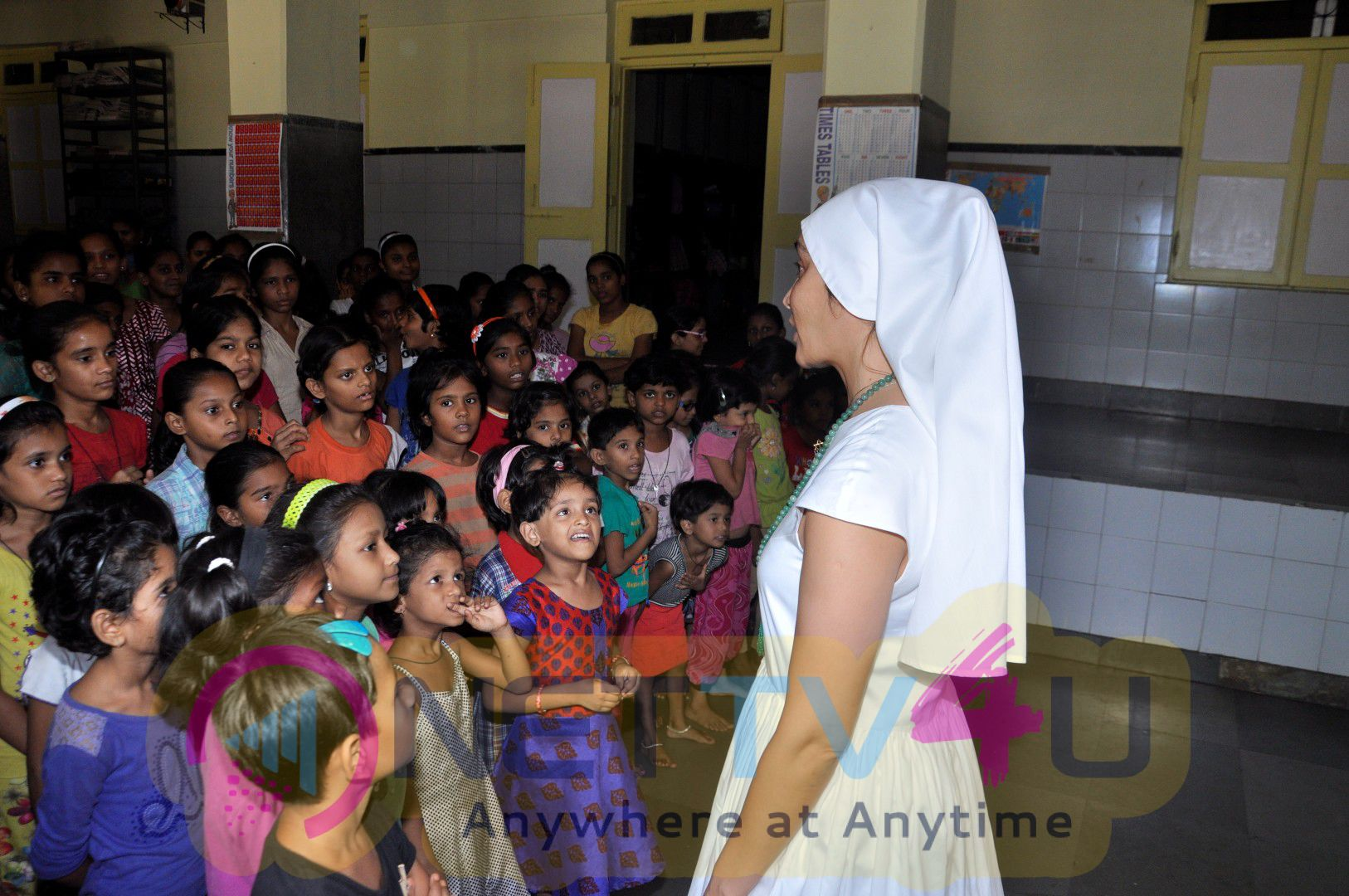 Excellent Photos Of Gaia Mother SOFIA HAYAT Meet NGO Kids & Give Gifts