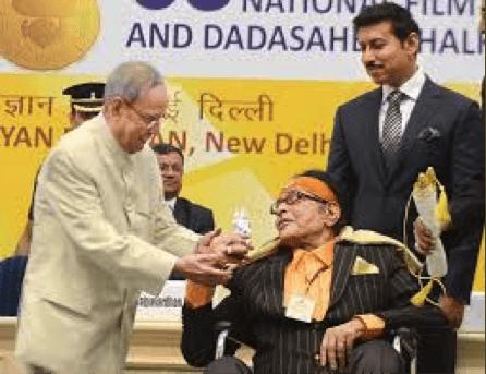 Manoj Kumar Presents Sai Baba Idol To President Pranab Mukherjee