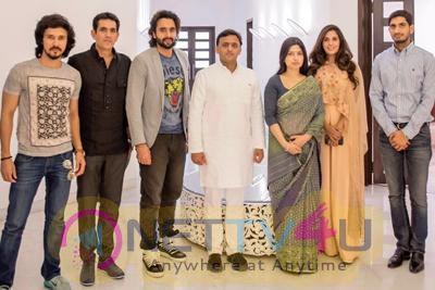 Photos Of Mumbai Film Sarbjit Team Meets Uttar Pradesh Chief Minister Akhilesh Yadav And His Family In Mumbai