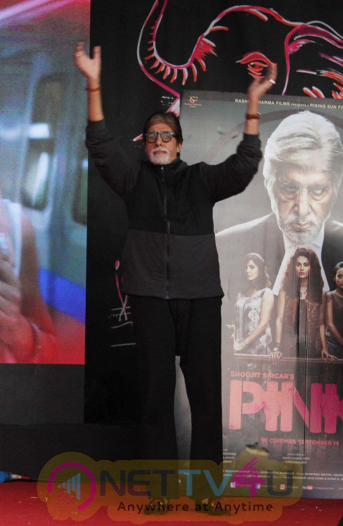 When Amitabh Bachchan Took Selfies With Students Stills